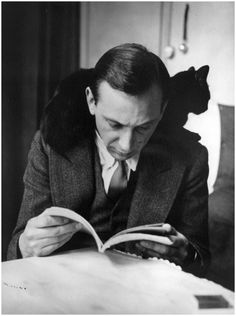 Self-Portrait with chat noir, Paris, Andre Kertesz Andre Kertesz, History Of Photography, Portrait Photography, Selfies, Fotojournalismus, People Reading, Men With Cats, The Dark Side, Photo Chat