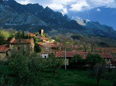 Preciosa panorámica de Mogroviejo con los Picos de Europa al fondo, en Camaleño, Liebana, Cantabria, Spain