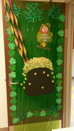 Patrick's Day door at the children's clinic St Patricks Day Crafts For Kids, St Patrick's Day Crafts, Fun Diy Crafts, Paper Crafts, Kids Crafts, Preschool Classroom Decor, Classroom Door, St Patrick's Day Cocktails, St Patrick Day Activities
