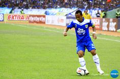 Persib vs Psps : Atep showcase his dribbling skills to beat the defender.