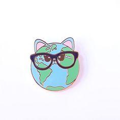 """Cat world pin zwarte bril Beyonce had het bijna goed """"WHO RUN THE WORLD?"""" CATS !!! Daarom zou iedere catlover er eentje moeten hebben voor op haar tas of jasje. Ook leuk om kado te geven of om zelf te houden en je verzameling aan te vullen. Cat world hard emaillen 30 mm gold plating pin is nu als preorder voor €7,00 Later zal zij €8,95 kosten. De verzendkosten voor NL en BE als je alleen..."""