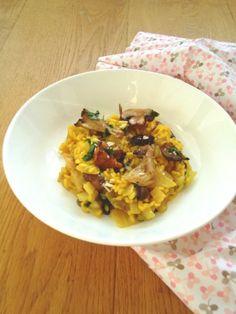 Italiaanse saffraan risotto met paddestoelen.