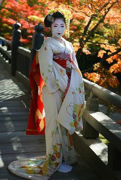 kimiharu (by Watanabe san) wearing gorgeous autumn hikizuri kimono Japanese Costume, Japanese Kimono, Japanese Art, Japanese Outfits, Japanese Fashion, Japanese Beauty, Asian Beauty, Kimono Chino, Look Kimono