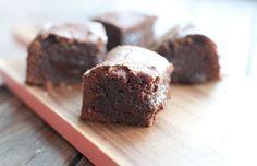 Brownies met salted caramel; een cadeautje voor bij de koffie. Lekker om te combineren met een bolletje vanille-ijs als dessert of gewoon voor tussendoor.