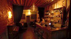 EXPERIMENTAL COCKTAIL CLUB  Bar servant des cocktails originaux et de qualité dans une salle avec poutres apparentes et murs en pierre.  37 Rue Saint-Sauveur, 75002 Paris  Du lundi au jeudi de 19h à 2h, vendredi et samedi de 19h à 4h, dimanche de 20h à 2h