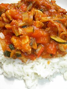 Kuchnia szeroko otwarta: Obłędnie pyszna potrawka z cukinią, papryką i kurczakiem High Protein Vegetarian Recipes, Diet Recipes, Cooking Recipes, Healthy Recipes, Healthy Dishes, Healthy Eating, Home Food, Curry, Ramadan Recipes