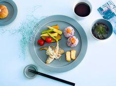 落ち着いたトーンなので、和食だってもちろん似合います。  おにぎりに卵焼きといった和食の定番メニューもこのプレートにのせていただくと、なんだか新鮮ですね。副菜を盛る器との組み合わせも楽しんで。