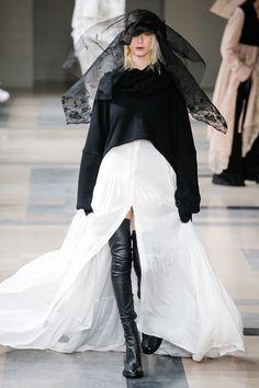 Ann Demeulemeester Fall 2017 Ready-to-Wear Fashion Show - Lili Sumner (Next)