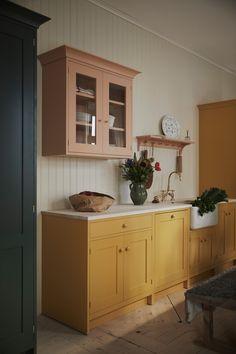 Home Decor Recibidor pink and yellow kitchen.Home Decor Recibidor pink and yellow kitchen Classic Home Decor, Classic House, Bright Kitchens, Home Kitchens, Colorful Kitchens, Kitchen Colors, Kitchen Design, Pastel Kitchen Decor, Kitchen Handles