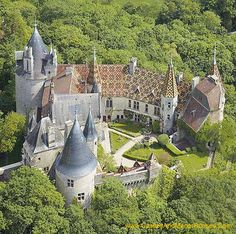 The Château de la Rochepot is a castle- town of Beaune. The castle was built in the century (France) Would like to see this! Beautiful Castles, Beautiful Buildings, Beautiful Places, Burgundy France, Palaces, French Castles, Château Fort, Voyage Europe, Castle House