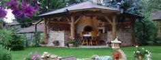 Compact outdoor kitchen with pizza oven and traditional stove. Gyönyörű nyári konyha, tűzhellyel, kemencével. Backyard Kitchen, Summer Kitchen, Outdoor Cooking, Architecture, House Styles, Outdoor Decor, Pizza, Inspiration, Home Decor