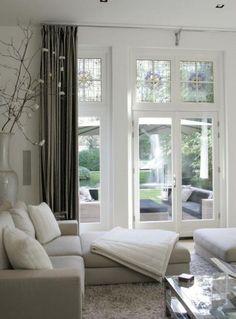 Interieurideeën | woonkamer grijs wit Door Faber5. De bovenraampjes met glas in lood erg leuk
