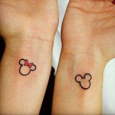 pareja mostrando sus tatuajes de disney