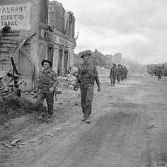 Les hommes de la Compagnie A, 6 Durham Light Infantry, 50e division, dans le village de Douet, le 11 Juin 1944.