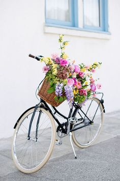 spring forward / sfgirlbybay I love the bouquet. Love Flowers, Beautiful Flowers, Fresh Flowers, Spring Flowers, Jolie Photo, Vintage Bicycles, Pretty Pictures, Floral Arrangements, Inspiration