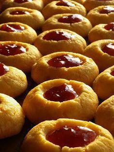 Boerekos met 'n Twist: Lepelsteeltjies / Wildebees ogies / Jam Thumbprint cookies Baking Recipes, Cookie Recipes, Dessert Recipes, Desserts, Kos, Jam Thumbprint Cookies, South African Recipes, Chocolate Chip Oatmeal, How Sweet Eats