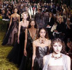 Dior lud für die Couture-Show in einen Labyrinth-ähnlichen Garten. Mit der Mode verhielt es sich entsprechend märchenhaft - wenn auch mit düsteren Anklängen