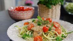 Kesäkurpitsapastaa ja tomaattikastiketta.