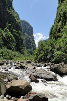 Rio do Boi, Cânion Itaimbezinho em Cambará do Sul, estado do Rio Grande do Sul, Brasil.  Fotografia: Gus Valentim no Flickr.