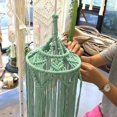 Choosing the best make-up case is important for the organization of your cosmetic products. Diy Macrame Wall Hanging, Macrame Plant Holder, Macrame Curtain, Macrame Plant Hangers, Macrame Bag, Macrame Knots, Macrame Supplies, Macrame Projects, Diy Bags Tutorial