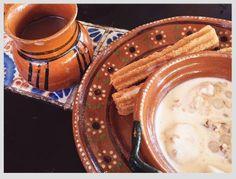 Postres deliciosos Churros con canela y azúcar  Uno de los postres o panes dulces más conocidos en México son los churros, ya sea que los probaste en una visita a la feria o en un estadio, en un parque o simplemente en la calle. Continúa leyendo para conocer un poco de la historia de