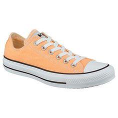 Wer sich an den Klassikern in weiß und schwarz satt gesehen hat, findet eine perfekte Alternative in diesen orangenen Chucks von Converse.