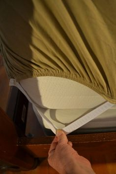 Easy fix to make your fitted sheet stay put. No more annoying slipping sheets! Via Super Exhausted