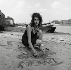 Tracey Emin is one of the most prominent British artists of the contemporary art world nowadays. Most of her works is autobiographical. and revolves Tracey Emin, English Artists, British Artists, Famous Artists, Royal Academy Of Arts, People Of Interest, Great Women, Artist Art, Art Studios