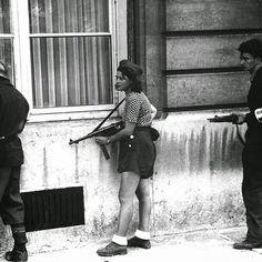 A jovem Simone Segouinde 18 anosmembro da Resistência Francesa durante a libertação de Paris em 19 de agosto de 1944. AResistência  chamada naFrançadeLa Résistance  foi um movimento formado por franceses que não aceitavam a submissão do Estado Francês ao poder nazista. by fotocracia