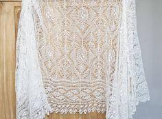 """Dieses wunderschöne Tuch ist die perfekte Kombination von Tradition und Innovation. Die Bordüre wurde nach einer Anleitung aus dem 19. Jahrhundert gearbeitet (""""Harebell lace"""" aus """"Welson's Practical Knitter), während das Design für die Tuchmitte eigens für dieses Modell erstellt wurde - man wird es daher nirgendwo anders finden.  Diese Kombination passt perfekt zu Hochzeiten: eine Tradition in die moderne Zeit von heute überführen. Ich habe dieses Tuch mit einem hauchzarten einfädigen ..."""