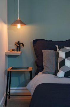 Chambre mur vert doux grisé, coussins noir et gris, Appartement duplex Paris 3 : un 60 m2 très contemporain - Côté Maison | parisian Bedroom, black, Grey and Light green