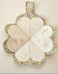 guarda agujas flor Sewing Lessons, Sewing Hacks, Sewing Tutorials, Sewing Patterns, Quilting Projects, Sewing Projects, Fabric Crafts, Sewing Crafts, Needle Book