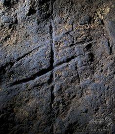 英領ジブラルタルのゴーラム洞窟(Gorham's Cave)にあるアンデルタール人が約4万年前に残した「痕跡」(2014年9月2日提供)。(c)AFP/HO/Stewart Finlayson ▼3Sep2014AFP|ネアンデルタール人にも「抽象的思考」、研究 http://www.afpbb.com/articles/-/3024804