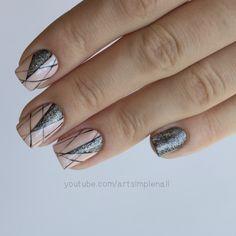 Бежевый геометрический дизайн ногтей с черными полосами и блестками. Видео-урок можно посмотреть тут.