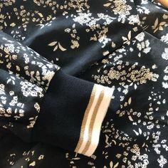 Blouson cousu en satinette de coton Nani Iro avec bord-côtes lurex, en vente chez 3 bobines, mercerie en ligne. Alexander Mcqueen Scarf, Louis Vuitton Monogram, Pattern, Fashion, Sewing Lessons, Glitter, Down Vest, Sewing, Cotton