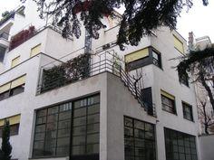 rue Mallet Stevens Paris.  Il s'agit d'une œuvre importante du mouvement moderne, organisée pour créer des volumes qui se développent en avancées, en terrasses, façades et autres effets qui font que chaque appartement est unique.