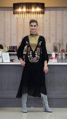 Ručne maľovaná tunika zo 100% hodvábneho elastického žoržetuso všitým lurexovým rolákom,zdobená korálkovou bordúrou, 3/4 rukáv nariasený do gumy. podšívaná kruhová... How To Make, Fashion Design, Dresses, Vestidos, Dress, Gown, Outfits, Dressy Outfits