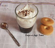 Il dessert Delizia al Caffè Dukan è un piacere freschissimo, light e perfetto per la bella stagione; si tratta di una gelatina molto aromatica al caffè da accompagnare con una soffice cheese cream profumata alla vaniglia.