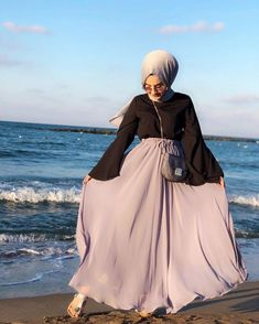 Image may contain: one or more people, ocean, sky and outdoor Hijab Fashion Summer, Niqab Fashion, Muslim Fashion, Modest Fashion, Hijab Dress, Hijab Outfit, Eid Outfits, Fashion Outfits, Simple Hijab