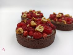 Tartelletta al cacao, fragoline e pistacchi | Passionedolce Cheesecake, Desserts, Cakes, Food, Sweet, Tailgate Desserts, Candy, Deserts, Cake Makers
