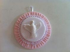 Divino Espirito Santo de fuxico. Imagem de resina Enviamos embalado individualmente em saquinho de organza e com a oração do Divino Espirito Santo Pedido mínimo 5 unidades R$ 8,20