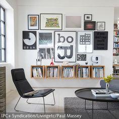 Auf dieser weißen Wand kommen die vielen verschiedenen Bilder gut zur Geltung. Wer viele Bücher besitzt, braucht sich mit diesen Hängeregalen aus Holz keine…