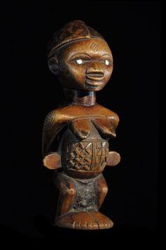 Les statuettes les plus connues chez les Bembe se nomment Biteki, et portent généralement de magnifiques scarifications corporelles. Elles représentent des chefs, des guerriers mais aussi des femmes. Grâce à leur Bilongo, (charge magique insérée dans une cavité anale ou autre), ces statuettes protègent et participent et à la lutte contre la sorcellerie et les maléfices.  Ces statuettes portraitisent les défunts. Elles rappellent aux vivants la présence du disparu afin qu'il participe aux ...