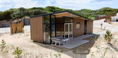 Leuk alternatief voor strandhuisje is duinhuisje. Op 200 m van strand en zee. En lekker groot en goed bereikbaar. 5 type duinhuisjes in Bloemendaal aan Zee.