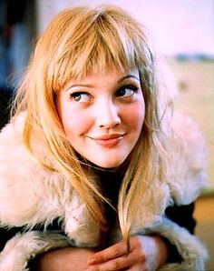 Drew barrymore is hot and she has always had great hairstyles through out the many years spanning her film career. Cheveux De Drew Barrymore, Drew Barrymore Hair, Great Hairstyles, Fringe Hairstyles, Hairstyles With Bangs, Pin Up Bangs, Long Hair With Bangs, Celebrity Bangs, 90s Grunge Hair