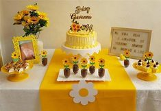 The Sunflower decoration caters to various types of party, older people, 15 years and even tea revelation, this is a much sought after topic. Sunflower Birthday Parties, Birthday Party Tables, Birthday Backdrop, 1st Birthday Parties, Sunflower Cakes, Sunflower Party, Cake Templates, Sunshine Birthday, Diy Birthday Decorations