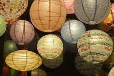 Japanese paper lanterns - There is something that best expresses a Japanese Garden a stone lantern or paper lanterns! Why are Japanese lanterns along with Unique Lighting, Wedding Lighting, Lighting Ideas, Lantern Lighting, Japanese Paper Lanterns, Chinese Lanterns, Star Lanterns, Asian Home Decor, Luz Led