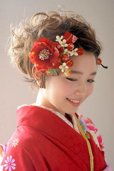 Recommended hair ornaments for adult-style kimono or graduation ceremonial hakama Modern Hairstyles, Retro Hairstyles, Wedding Hairstyles, Japanese Kimono, Japanese Girl, Modern Kimono, Hair Arrange, Flower Spray, Japanese Hairstyle