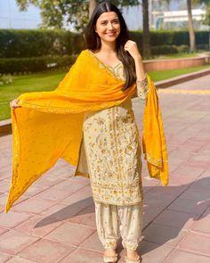 White Punjabi Suits, Indian Suits Punjabi, Punjabi Suit Simple, Simple Indian Suits, Punjabi Girls, Phulkari Punjabi Suits, Punjabi Suit Boutique, Punjabi Suits Designer Boutique, Indian Designer Suits