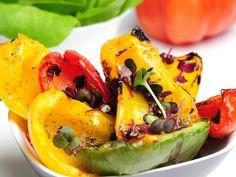 Leichtestes Grillrezept ever: gegrillter Paprikasalat. Lässt sich selbst in der Camping-Küche ganz easy zubereiten!